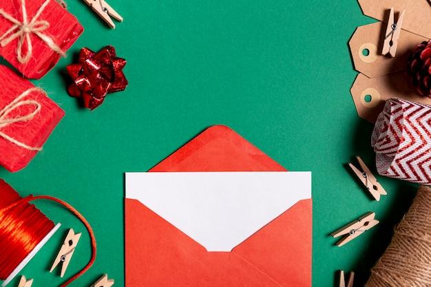 Busta festiva con carta vuota Foto Gratuite