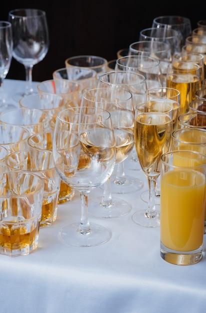 宴会中にお祝いテーブルにお祝いグラス。アルコール飲料。 Premium写真