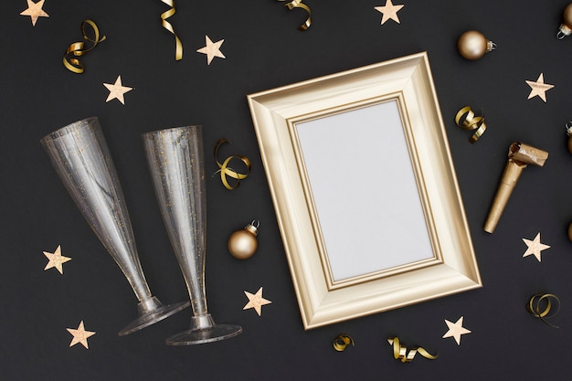 Festive glasses with frame mock-up Free Photo