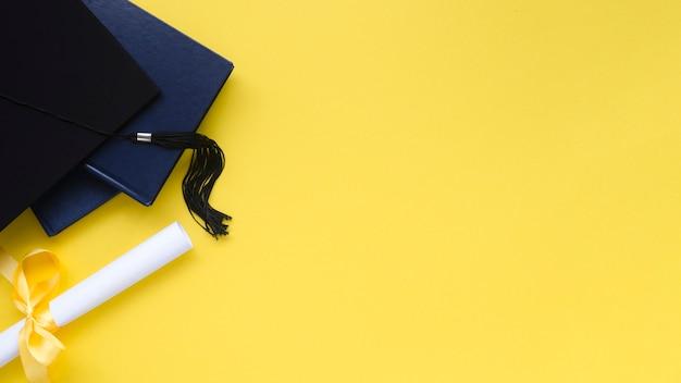 Праздничная выпускная композиция на желтом фоне Premium Фотографии