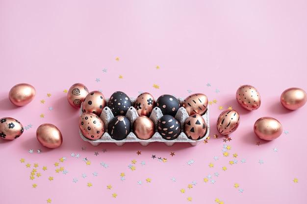 ピンクの壁にお祝いのペイントされたイースターエッグ。 無料写真