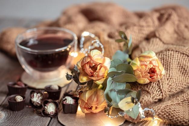 컵, 초콜렛 및 배경 흐리게에 꽃에서 음료와 함께 축제 정. 무료 사진