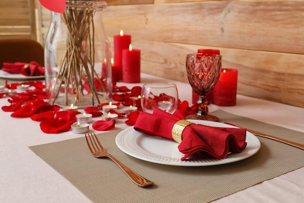 自宅でバレンタインデーのお祝いのためのお祝いのテーブルセッティング Premium写真