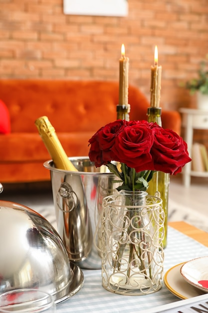 집에서 발렌타인 데이 축하 축제 테이블 설정 프리미엄 사진