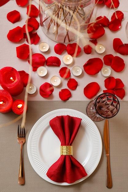 バレンタインデーのお祝いのためのお祝いのテーブルセッティング Premium写真