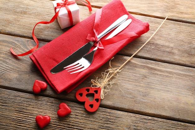 발렌타인 데이 축제 테이블 설정 프리미엄 사진