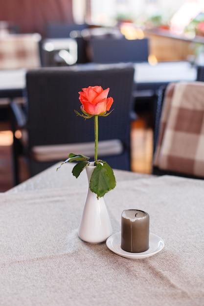 레스토랑에서 발렌타인 데이 빨간 장미와 축제 테이블 설정 프리미엄 사진