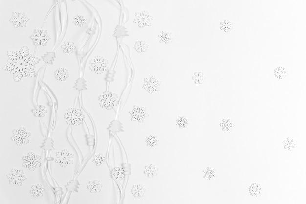 Праздничный модный рождественский белый горизонтальный фон с белыми деревянными снежинками Premium Фотографии