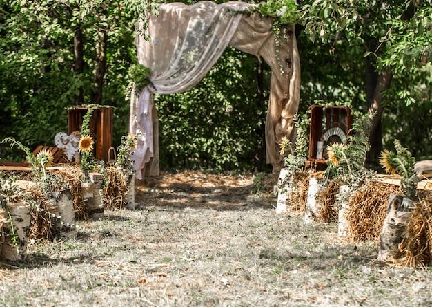 お祝いの結婚式のアーチ 無料写真