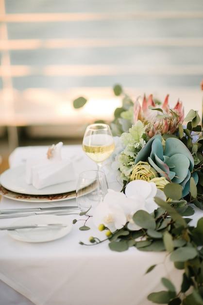 Festive wedding table setting.table decoration on the wedding day Premium Photo