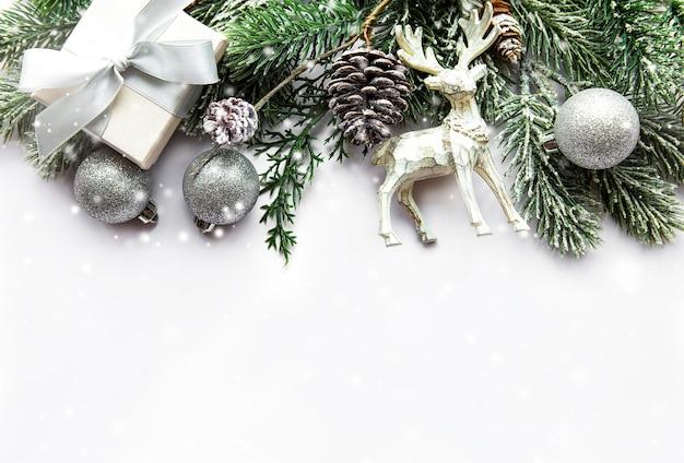 クリスマスの装飾が施されたお祝いの白い表面 Premium写真
