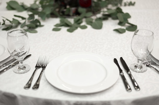 Festively decorated round banquet table in the restaurant Premium Photo