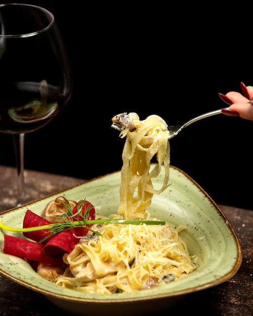 Fettuccine in cream sauce with chicken and mushrooms Free Photo