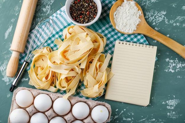 フェットチーネ、卵、麺棒、泡立て器、胡椒、澱粉、コピーブック 無料写真