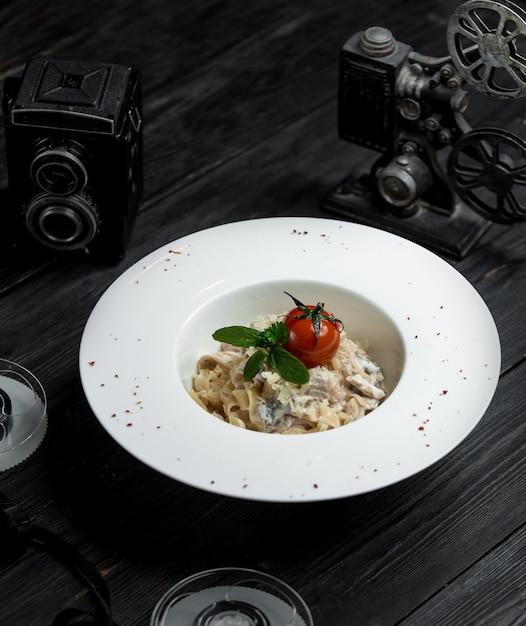 Fettucine with cream sauce tomato and green Free Photo