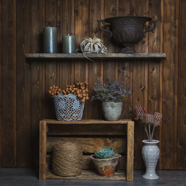 Fidderent корзины и вазы с цветами, стоя на рустикальных стендах Бесплатные Фотографии