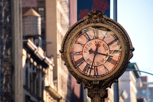 ニューヨーク市の5番街の通り時計 Premium写真