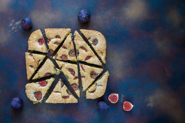 Fig cake with fresh figs on dark Free Photo