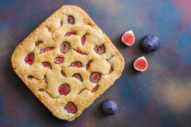 Fig cake with fresh figs on dark Free Photo