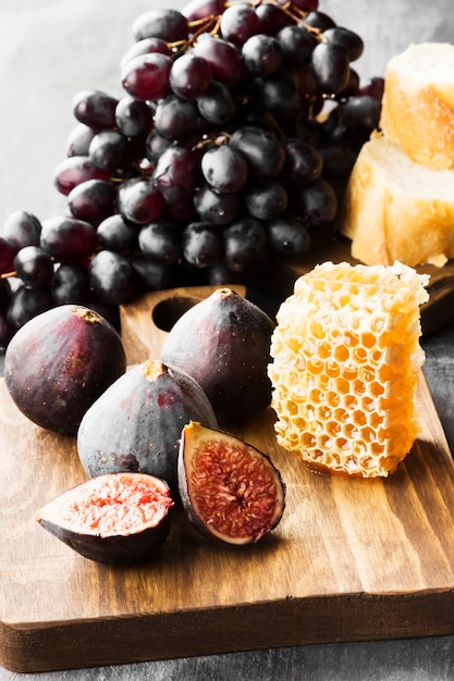Fig, grapes, bread, honey and red wine Premium Photo