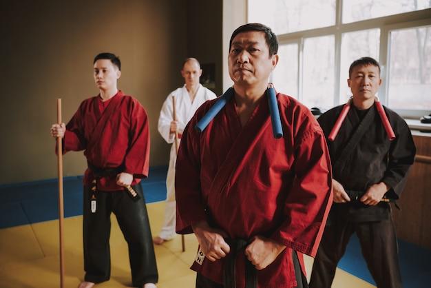 Бой человек в красном кимоно стоит. Premium Фотографии