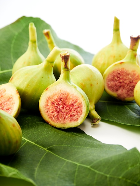 Figs fruit with leaves Premium Photo