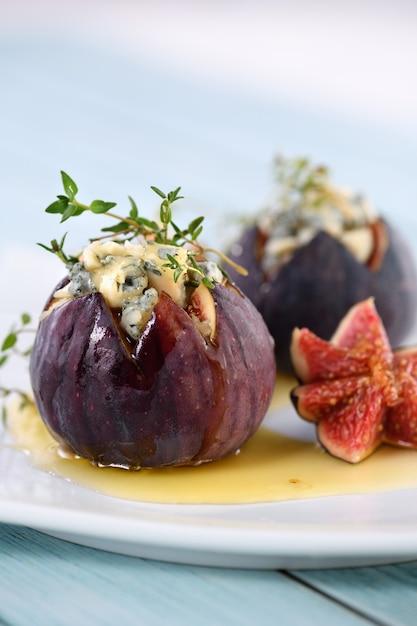 Инжир, фаршированный голубым сыром и тимьяном, заправленный медом Premium Фотографии