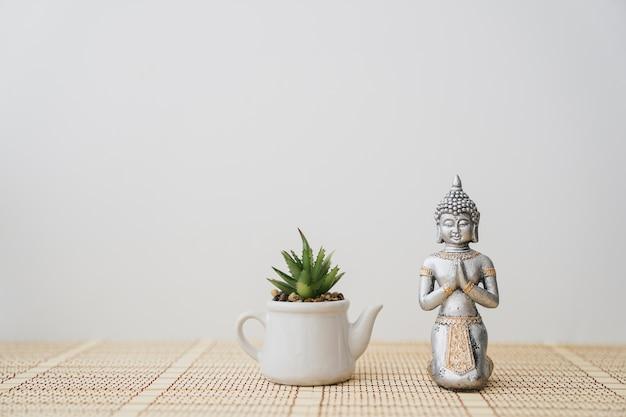 鍋の隣の仏陀の図 無料写真