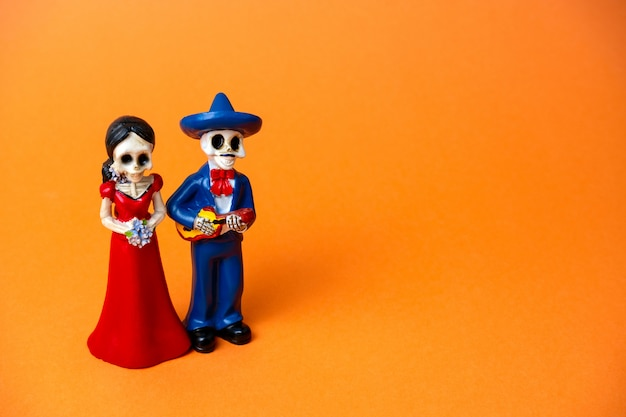 Figurine of skeletons of a man and a woman for day of the dead festival Premium Photo