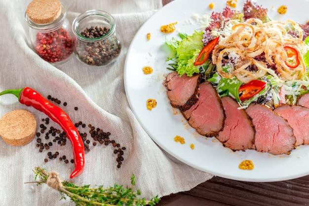 Fillet of beef with salad Premium Photo