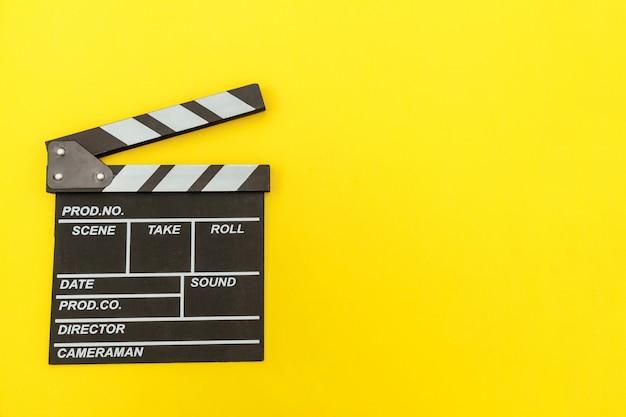 Кинопроизводитель по профессии. фильм классического режиссера пустой делая clapperboard или шифер кино изолированные на желтом цвете. видео производство фильмов киноиндустрия концепции. плоские лежал вид сверху копией пространства макет. Premium Фотографии