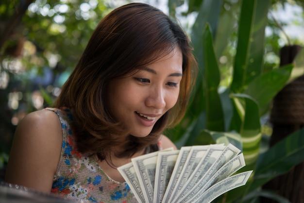 Finanza contando il successo della mano d'affari Foto Gratuite