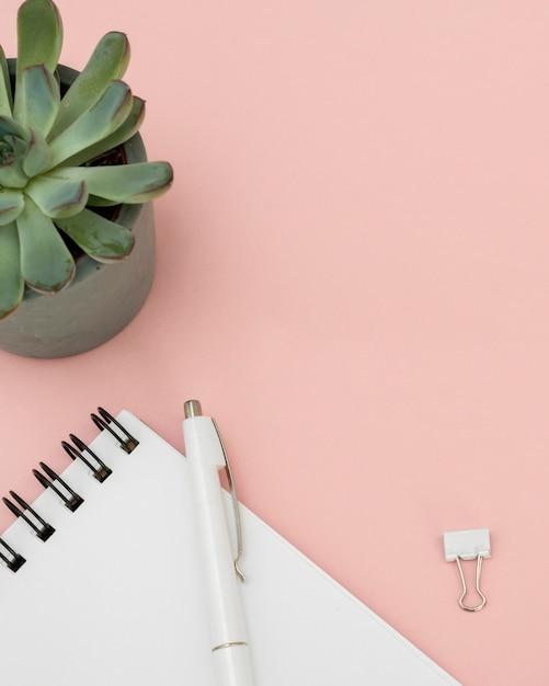 Расположение элементов финансов на розовом столе Бесплатные Фотографии