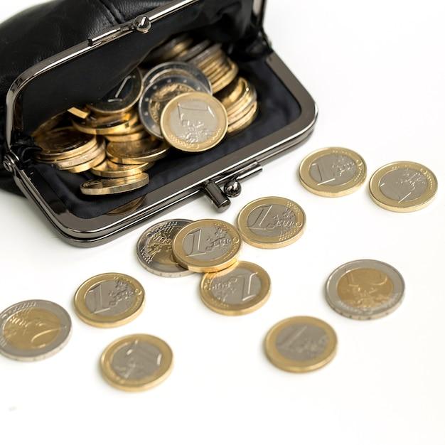 Финансы. монеты евро на столе Бесплатные Фотографии