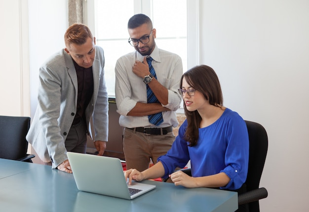 Financial analyst giving advice Free Photo