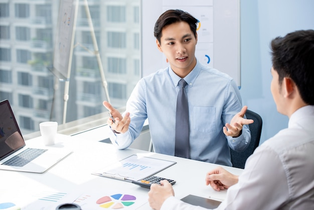 Financial broker explaning business data to his client Premium Photo