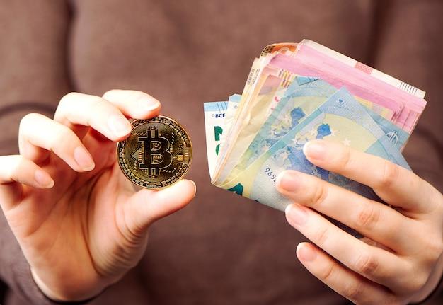 Финансовая концепция, зарабатывать деньги в интернете, продавая товары в интернете через интернет-концепцию. руки держат стопку денег и биткойнов. крупным планом. Premium Фотографии