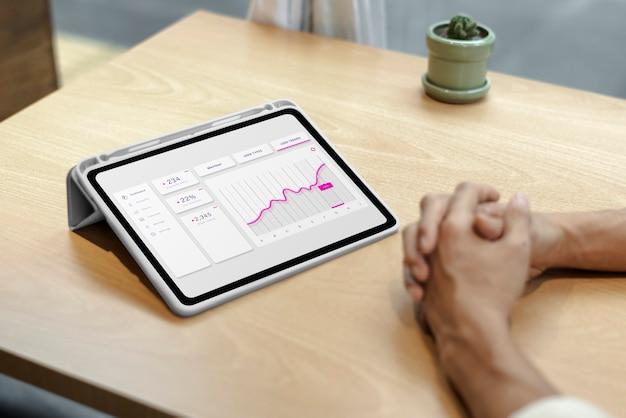 태블릿에 주식 시장의 재무 그래프 무료 사진