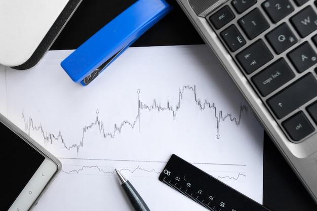 Анализ финансовых графиков на столе Premium Фотографии