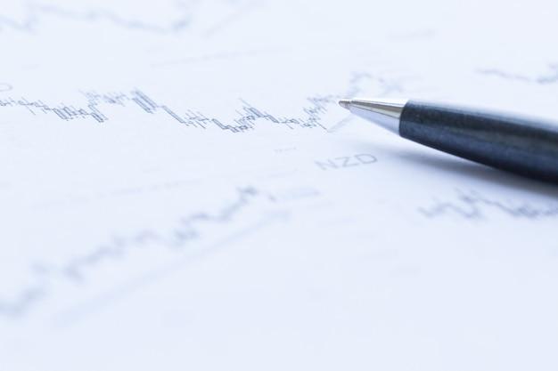 Анализ финансовых графиков с крупным планом ручки Premium Фотографии