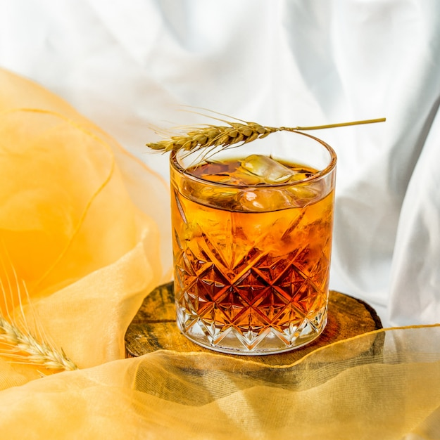 Fine blended whiskey with ice cubes in a glass. Free Photo