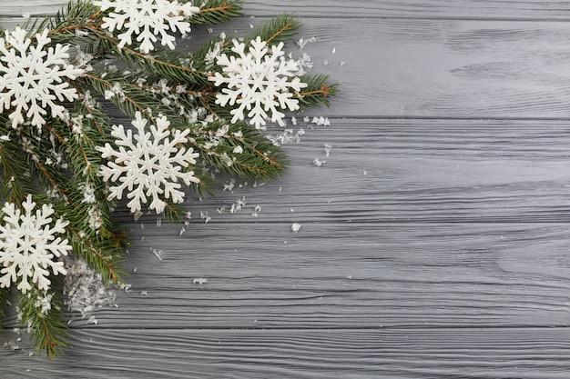 装飾雪と紙の雪片とモミの枝 無料写真