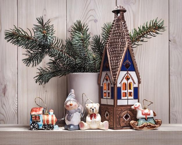 モミの枝やその他のクリスマスアクセサリー。 Premium写真