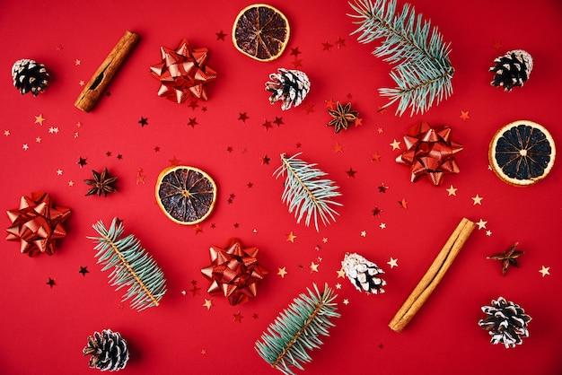 クリスマスの装飾が施されたモミの木の枝 Premium写真