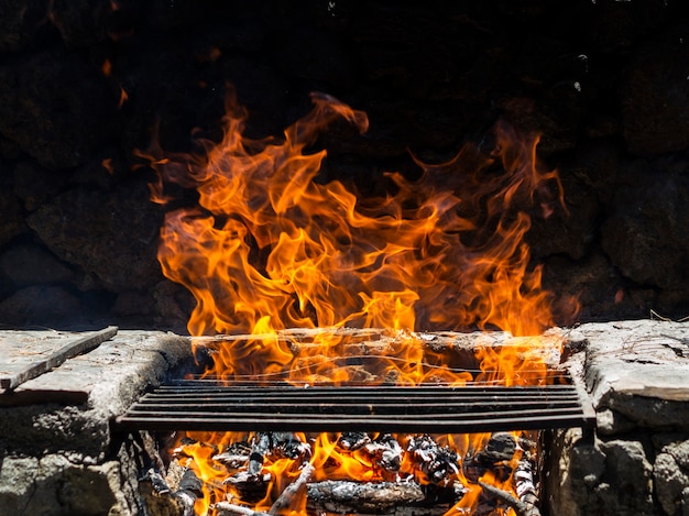 Огонь пламя на решетке Premium Фотографии