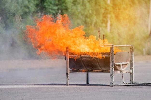 大きなトレーの炎、fire trainingイベントのためのコンテナの火 Premium写真