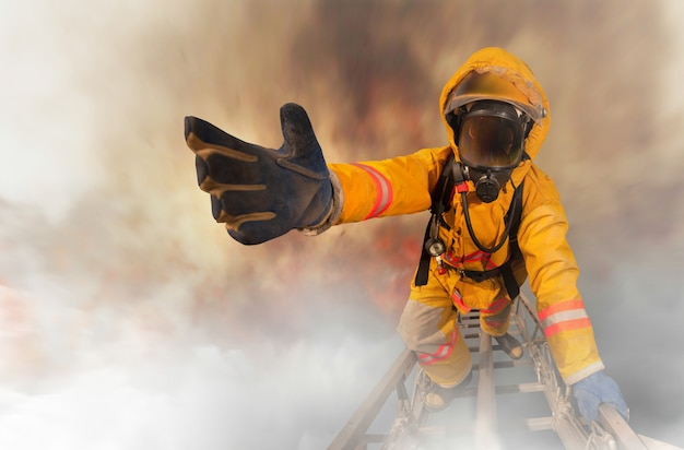 Пожарник протягивает руку помощи