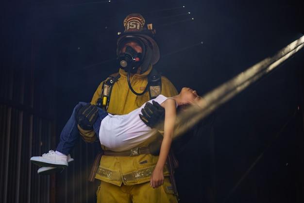専門的な訓練を受けた消防士は、さまざまな事故による火災を制御し、犠牲者を救助する義務があります Premium写真