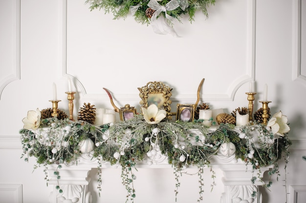 Fireplace decorated with christmas decorations Premium Photo