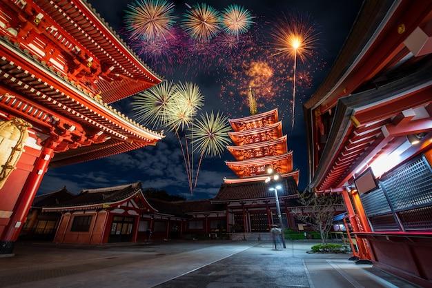 Фейерверк над храмом сэнсодзи ночью в асакусе Premium Фотографии